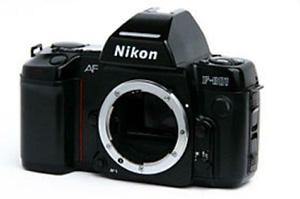 camera Nikon F801 met objektief 30-70 mm.